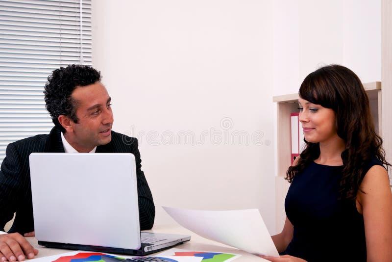 Homme d'affaires et femme d'affaires lors du contact photos stock