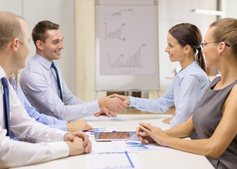 Homme d'affaires et femme d'affaires se serrant la main image stock
