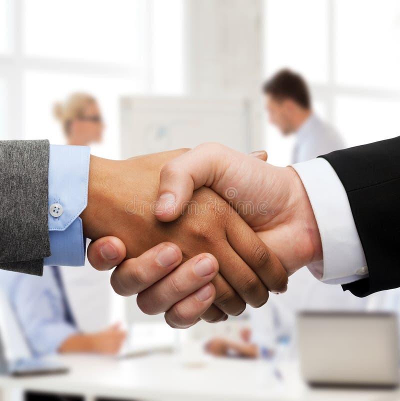 Homme d'affaires et femme d'affaires se serrant la main photos libres de droits
