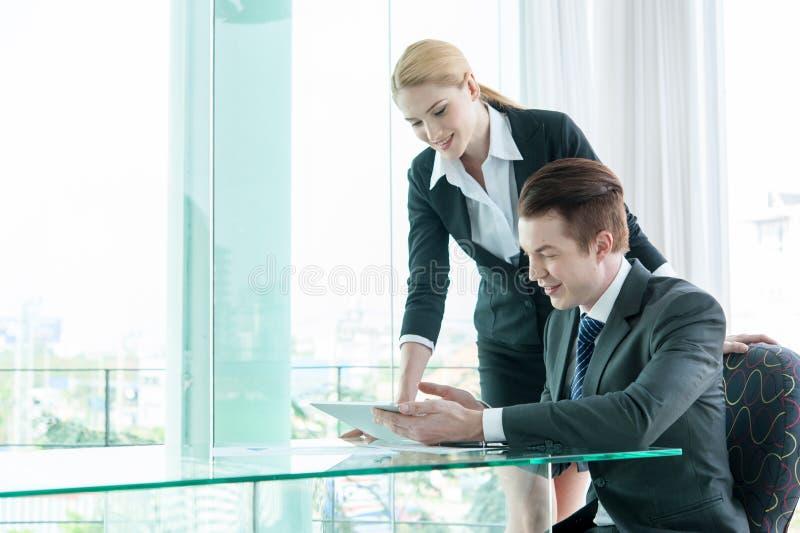 Homme d'affaires et femme discutant dans le bureau photo stock