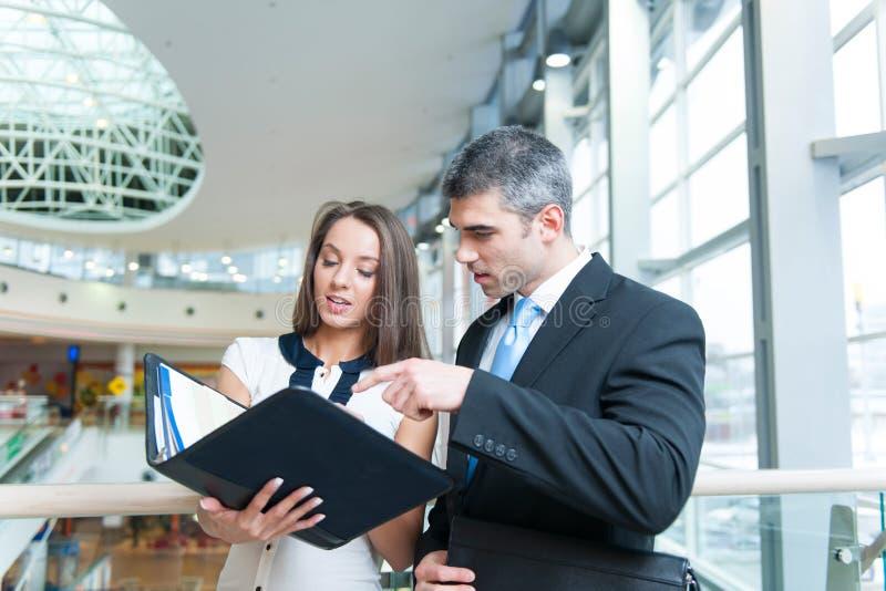 Homme d'affaires et femme discutant le travail photographie stock