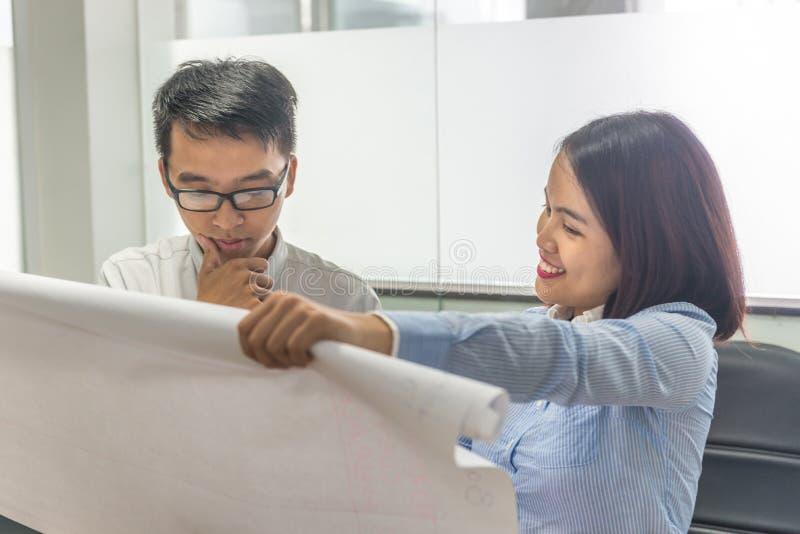 Homme d'affaires et femme d'affaires pensant au nouveau projet au travail image stock