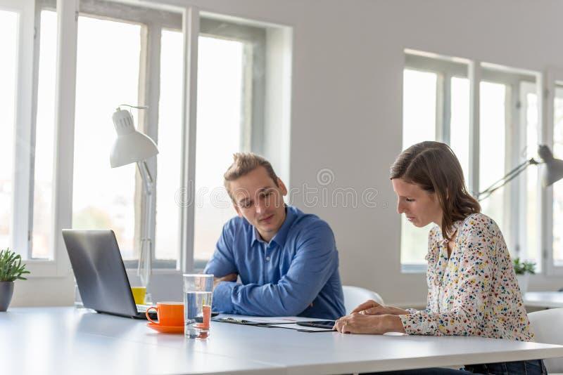 Homme d'affaires et femme d'affaires travaillant ensemble image libre de droits