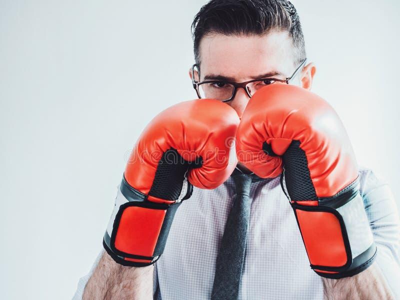 Homme d'affaires et gants de boxe rouges photo libre de droits