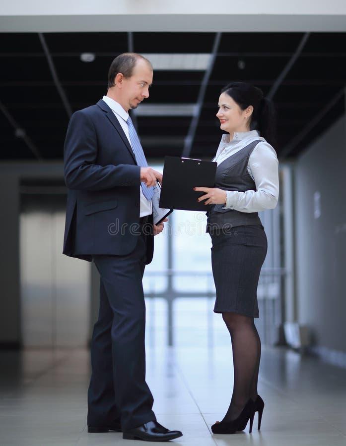 Homme d'affaires et l'assistant pour discuter des documents d'entreprise images stock