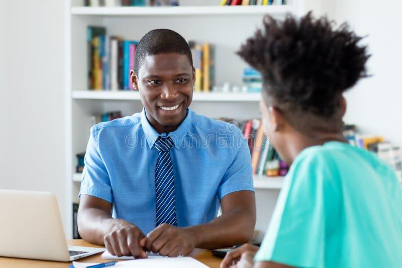 Homme d'affaires et stagiaire d'afro-américain à l'entrevue d'emploi photographie stock libre de droits
