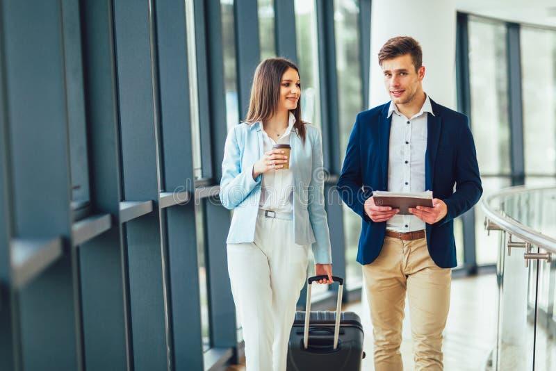 Homme d'affaires et voyage parlant de bagage de sourire et de prise de femme d'affaires au voyage d'affaires images stock
