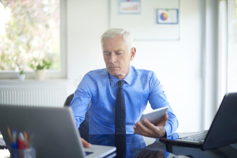 Homme d'affaires exécutif travaillant dans le bureau photographie stock