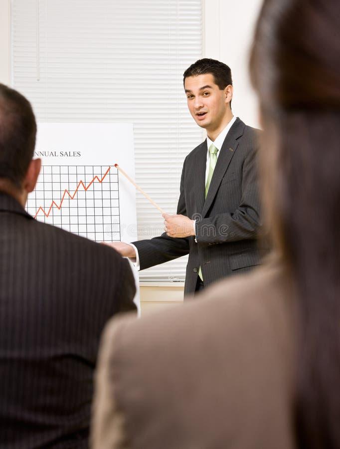 Homme d'affaires expliquant le diagramme photo stock