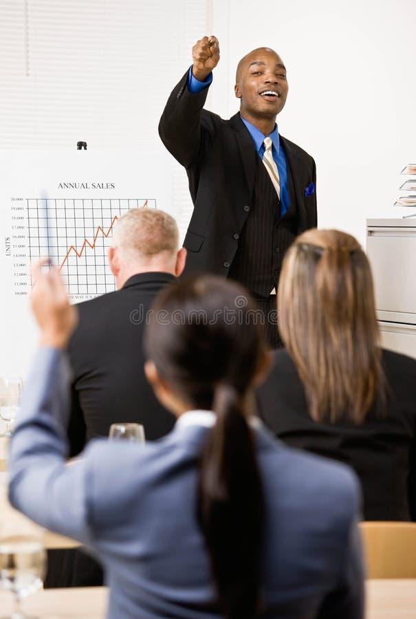 Homme d'affaires expliquant le diagramme d'analyse financière photographie stock
