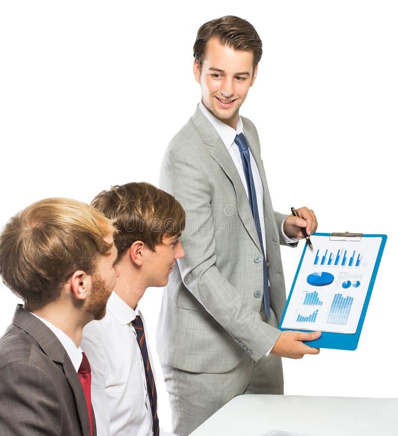Homme d'affaires expliquant un projet à ses collègues images stock