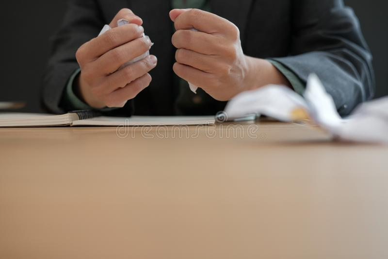 homme d'affaires fâché bouleversé soumis à une contrainte serrant le papier de froissement photos libres de droits