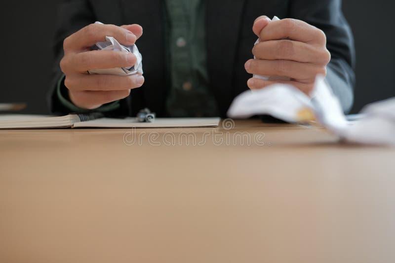 homme d'affaires fâché bouleversé soumis à une contrainte serrant le papier de froissement images stock
