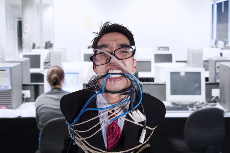 Homme d'affaires fâché en gros plan attaché en corde et câble image libre de droits