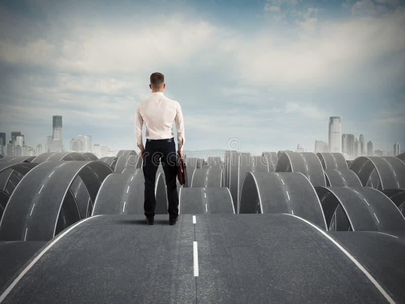 Homme d'affaires face aux difficultés image stock