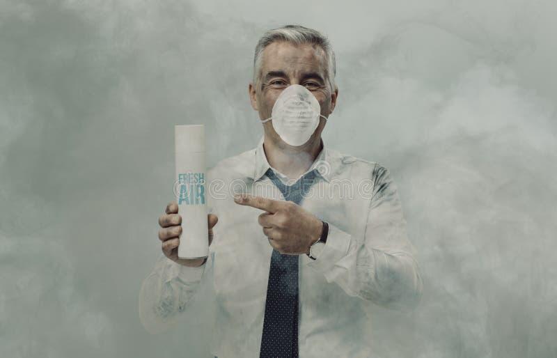 Homme d'affaires faisant de la publicité un épurateur d'air de jet photo libre de droits