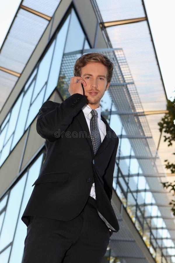 Homme d'affaires faisant l'appel téléphonique photo stock