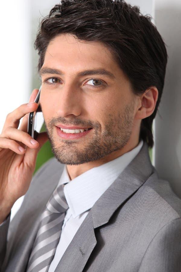 Homme d'affaires faisant l'appel utilisant le mobile photo stock