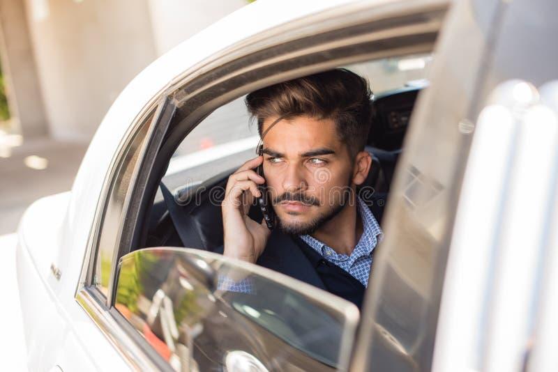 Homme d'affaires faisant un appel dans la limousine photo libre de droits