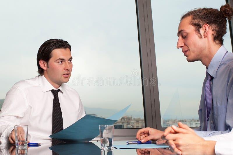 Homme d'affaires faisant une évaluation d'un employé photos libres de droits