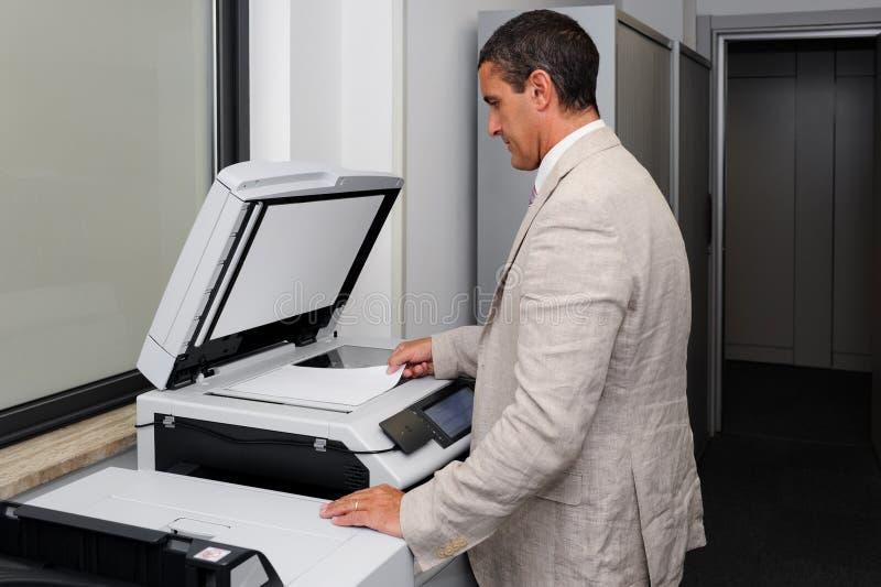 Homme d'affaires faisant une photocopie images stock