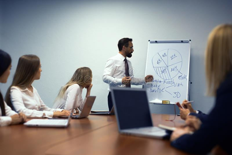 Homme d'affaires faisant une présentation dans le bureau photos stock