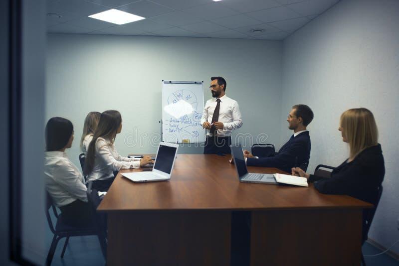 Homme d'affaires faisant une présentation dans le bureau photographie stock libre de droits