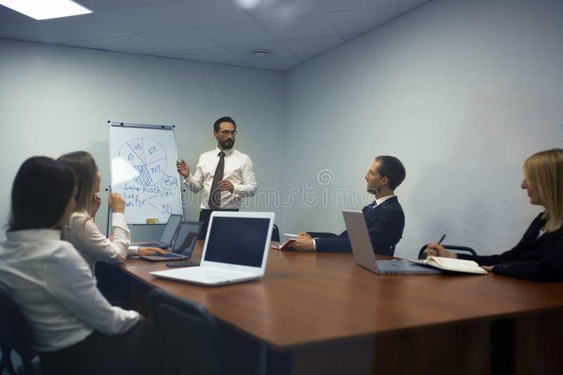 Homme d'affaires faisant une présentation dans le bureau photos libres de droits