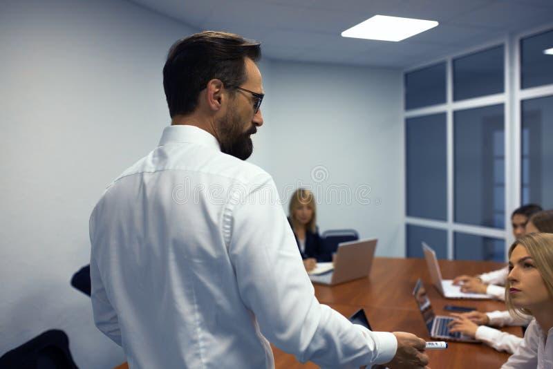 Homme d'affaires faisant une présentation dans le bureau photographie stock