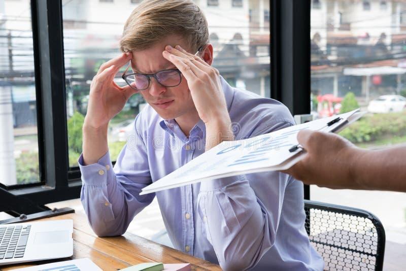 Homme d'affaires fatigué avec la main sur le front au bureau mA frustrant images libres de droits