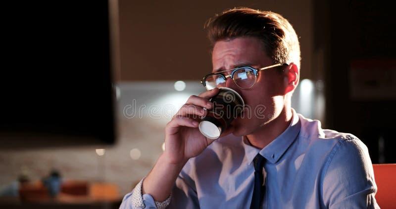 Homme d'affaires fatigué travaillant tard photographie stock libre de droits