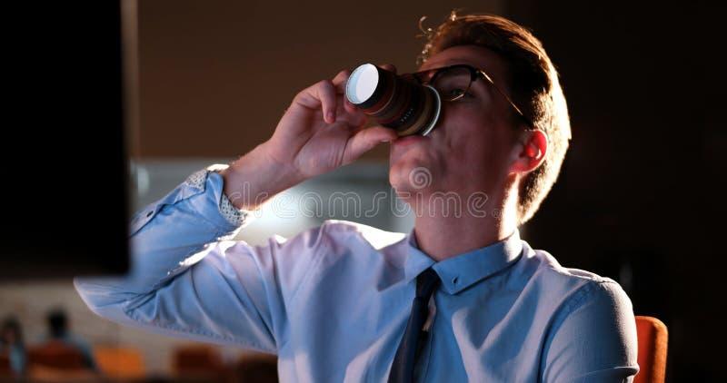 Homme d'affaires fatigué travaillant tard photos stock