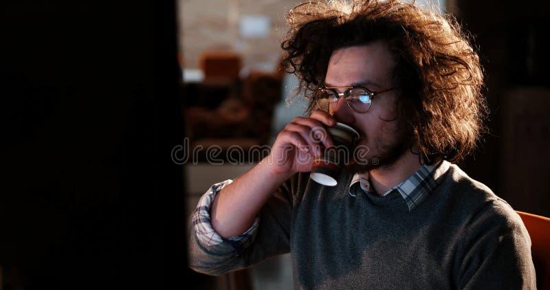 Homme d'affaires fatigué travaillant tard photo libre de droits