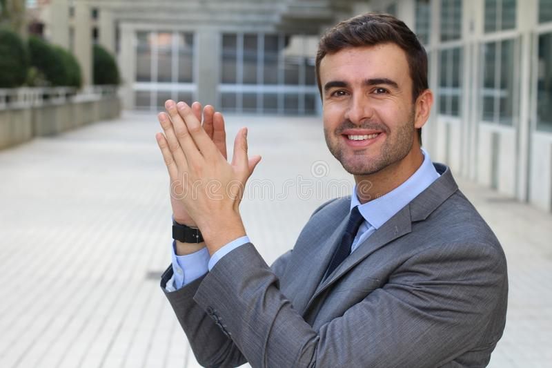 Homme d'affaires fier applaudissant un accomplissement photographie stock libre de droits