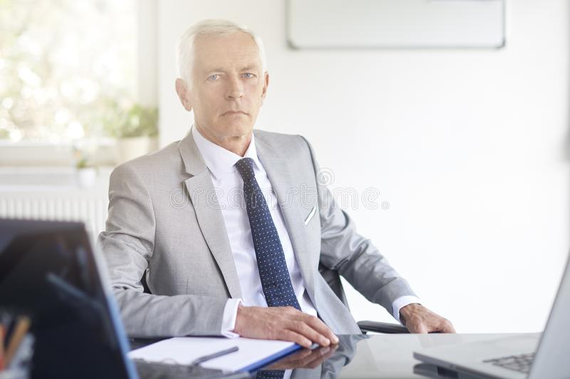 Homme d'affaires financier de conseiller travaillant dans le bureau photos libres de droits