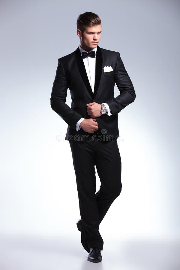Homme d'affaires fixant sa veste images stock