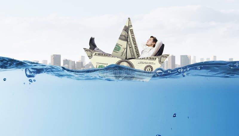 Homme d'affaires flottant dans le bateau de papier Media mélangé photo libre de droits