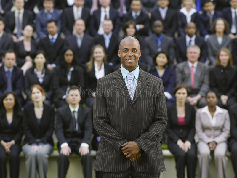 Homme d'affaires In Front Of Multiethnic Executives image stock