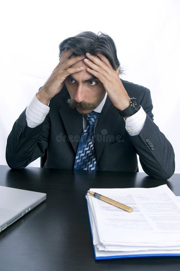 Homme d'affaires frustrant et bouleversé à son bureau photographie stock libre de droits