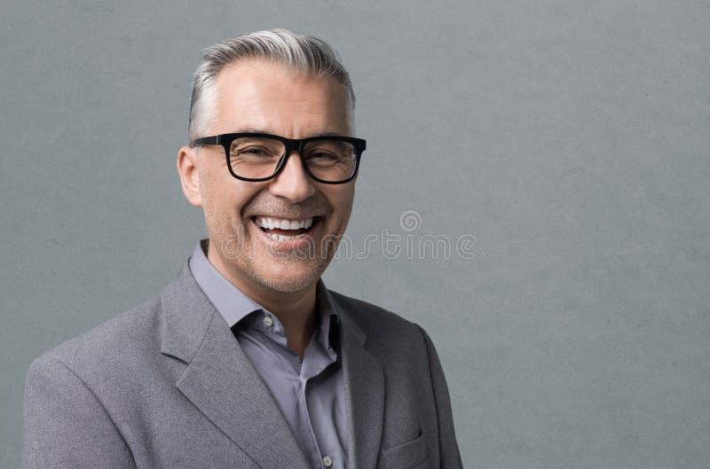 Homme d'affaires futé avec la pose en verre photos libres de droits