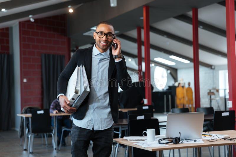 Homme d'affaires futé parlant sur le smartphone photos stock