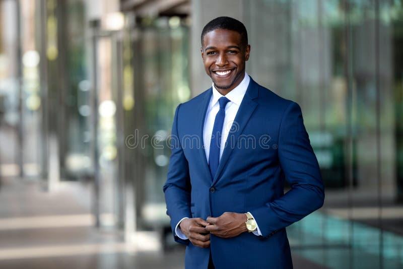 Homme d'affaires gai avec du charme bel d'afro-américain dans le costume élégant moderne élégant et le lien, coloré, chics, immeu images stock