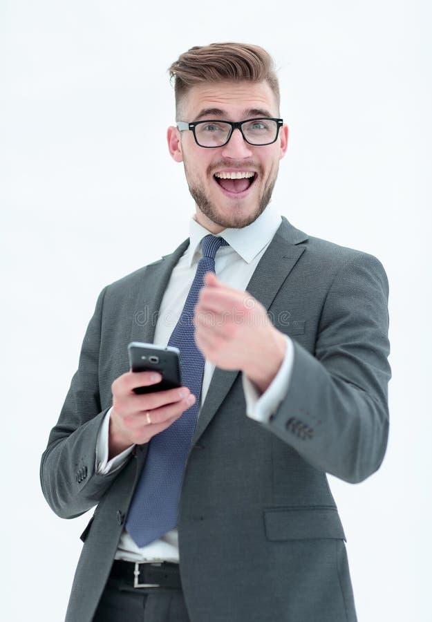 Homme d'affaires gai avec le smartphone se dirigeant à vous D'isolement images libres de droits
