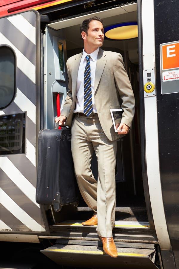 Homme d'affaires Getting Off Train à la plate-forme photos libres de droits