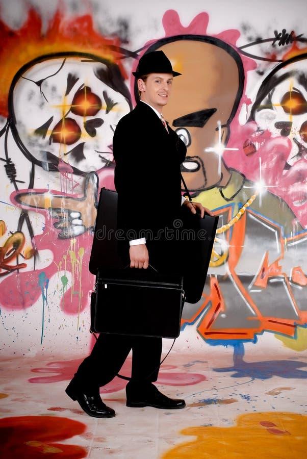 Homme d'affaires, graffiti urbain image stock