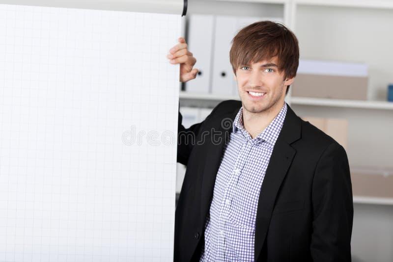 Homme d'affaires With Hand On Flip Chart photo libre de droits