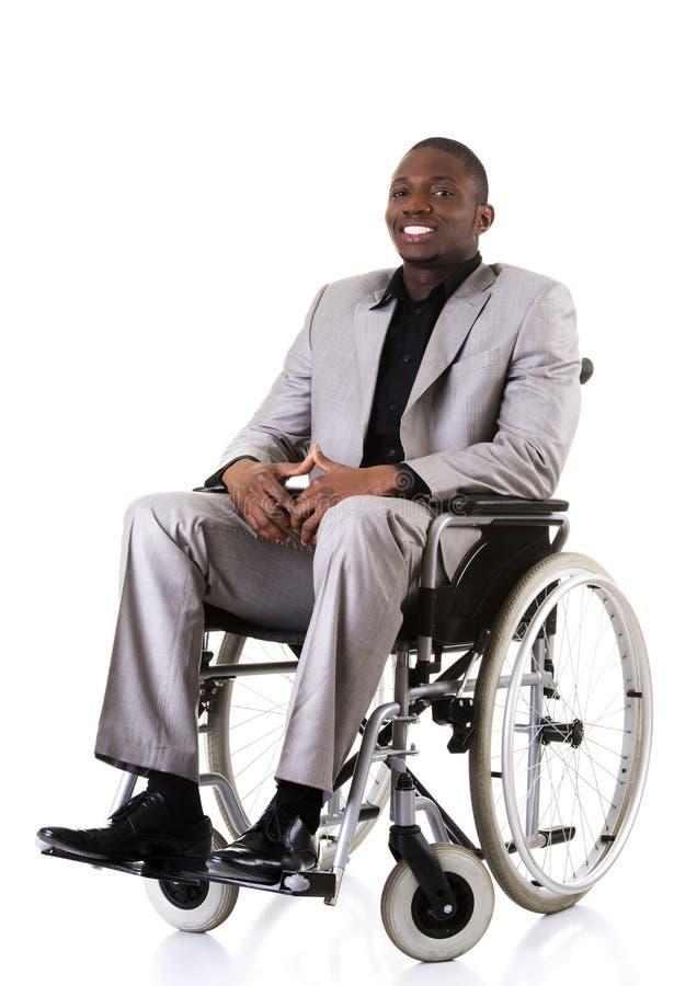 Homme d'affaires handicapé s'asseyant sur le fauteuil roulant images stock