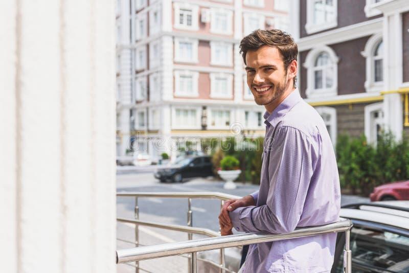 Homme d'affaires heureux appréciant la vue urbaine photo libre de droits