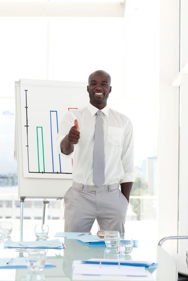 Homme d'affaires heureux après présentation photos stock