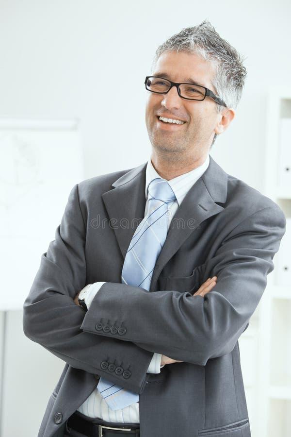 Homme d'affaires heureux au bureau image stock
